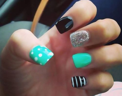 This is so cute and neat. 5 different designs on each nail.