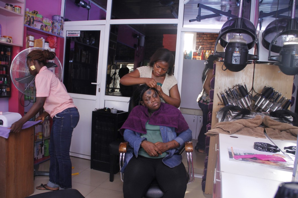 With her shopping done, Sandra made her way to Davnans Hair Salon where Celebrity Hair Stylist Nancy and her team gave her a glam hairdo.